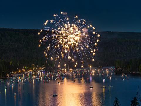 Am Unabhängigkeitstag explodieren über dem malerischen Bass Lake bunte Feuerwerksraketen.