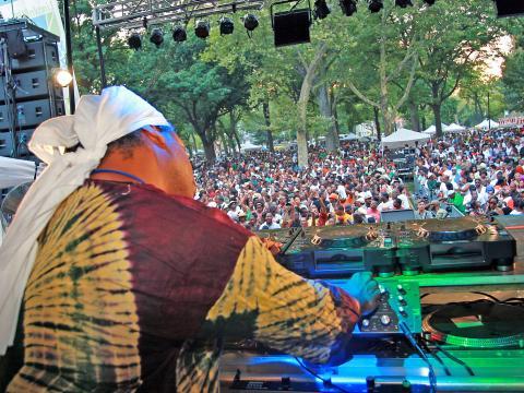 Beim Dance Day im Rahmen des Lincoln Park Music Festivals bringt ein DJ die Menge zum Tanzen.