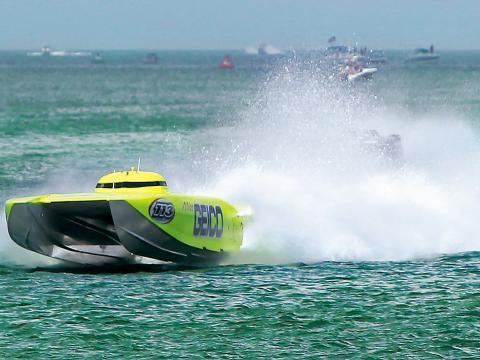 Ein Schnellboot liefert sich ein rasantes Rennen bei der Clearwater Super Boat National Championship