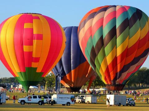 Startbereite bunte Heißluftballons beim Plano Balloon Festival