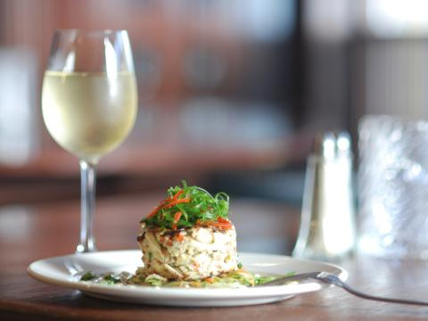 Ein hübsch angerichtetes Gericht mit einem Glas Wein in einem Restaurant in New Orleans