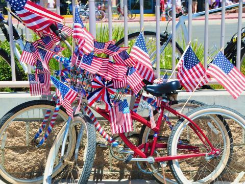 Patriotische Fahrräder bei den Feierlichkeiten zum Unabhängigkeitstag