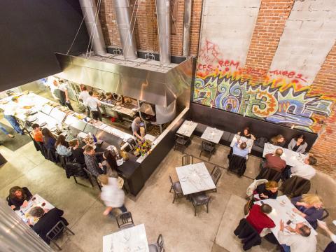 Restaurantgäste im Acorn aus der Vogelperspektive