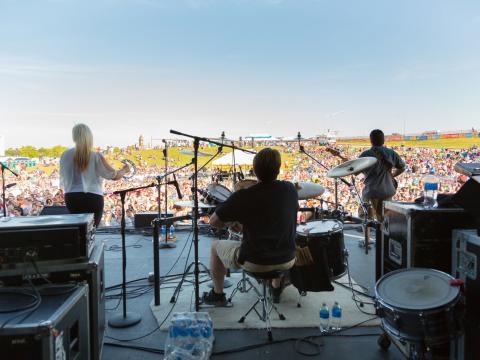 Live-Auftritt mit Blick auf den Rasen beim KCQ Country Music Festival
