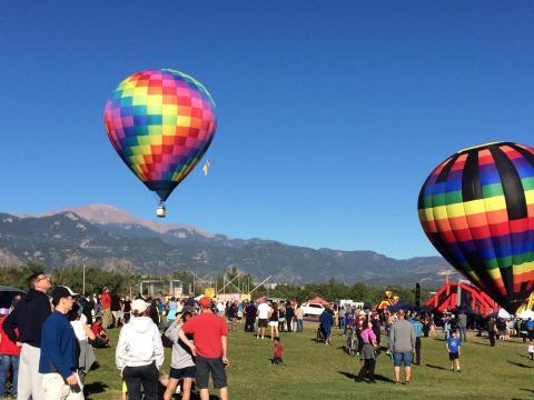 Aufsteigende Heißluftballone beim Colorado Springs Labor Day Lift Off