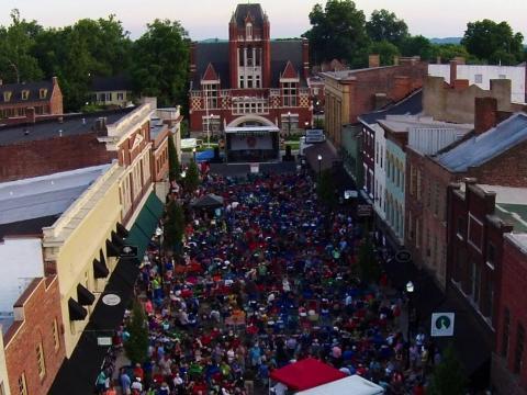 Besuchermenge beim Bourbon City Street Concert im Zentrum von Bardstown