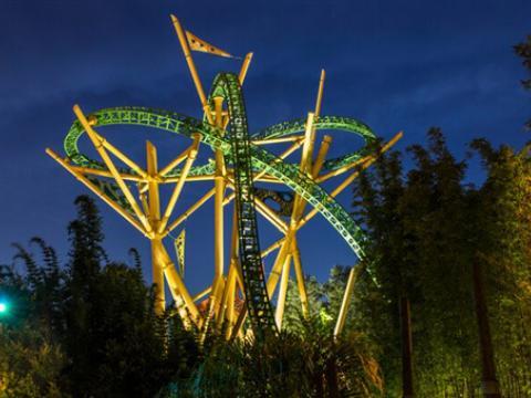 Die Achterbahn Cheetah Hunt in den Busch Gardens Tampa Bay bei Nacht