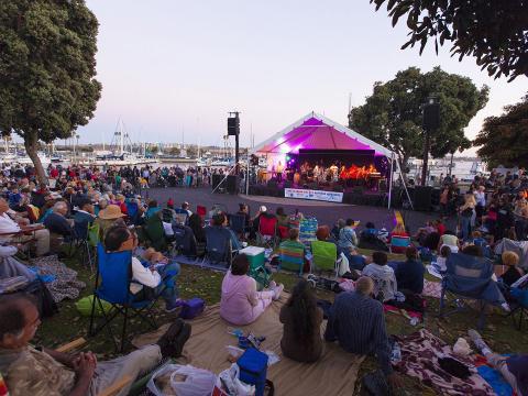 Besucher bei einem Livekonzert im Rahmen der Summer Concert Series in Marina del Rey