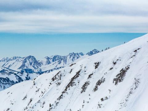 Steil bergauf beim Langstrecken-Skirennen Shedhorn Skimo in Big Sky, Montana