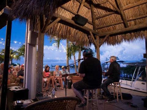 Konzert vor Uferkulisse beim Island Hopper Songwriter Fest