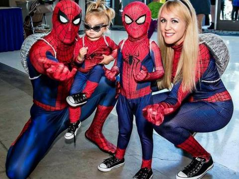 Spider-Man-Fans auf der StocktonCon in Stockton, Kalifornien
