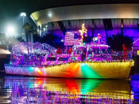 Bunt erleuchtetes Boot bei der Stockton Lighted Boat Parade in Kalifornien