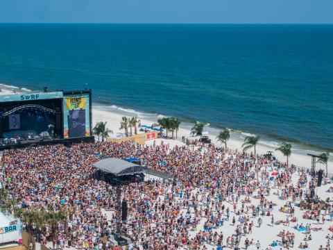 Besucher vor der Strandbühne des Hangout Music Festival in Gulf Shores, Alabama