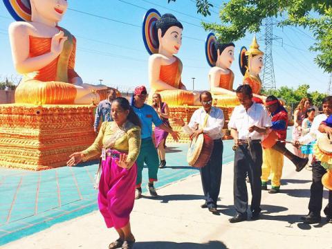 Prozession im Rahmen der Neujahrsfeierlichkeiten am kambodschanisch-buddhistischen Tempel in Stockton, Kalifornien