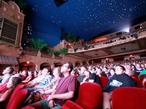 Eine Filmvorführung im Plaza Theatre während des Plaza Classic Film Festivals in El Paso, Texas