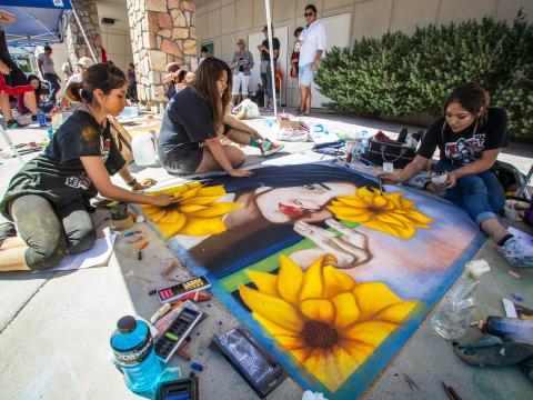 Kreidekünstler beim Chalk the Block-Festival in El Paso, Texas