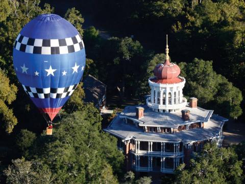 Ein Heißluftballon über dem Anwesen Longwood in Natchez, Mississippi