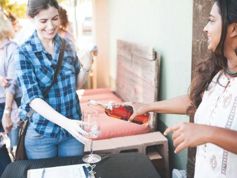 Ausschank eines Weins aus Zinfandel-Trauben beim Paso Robles' Vintage Weekend