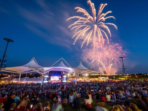 Feuerwerk im Rahmen des July 4th Fireworks Spectacular am Walmart AMP in Rogers, Arkansas